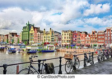"""Hermosas vistas de las calles, edificios antiguos, gente, terraplénes de Amsterdam - también llaman """"Venice in the North"""". Holanda"""