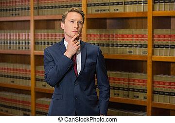 Hermoso abogado en la biblioteca de leyes