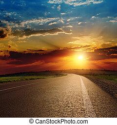 Hermoso atardecer sobre el camino asfalto