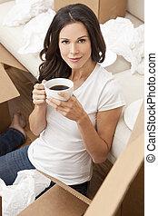 hermoso, café, mujer se relajar, taza, té, mudanza, joven, mientras, cajas, nuevo, bebida, home., o, solo, desembalar