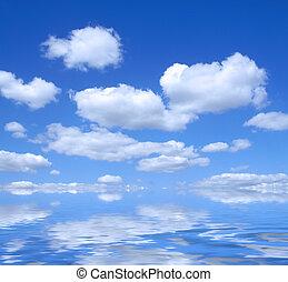 Hermoso cielo de verano con reflejo de agua