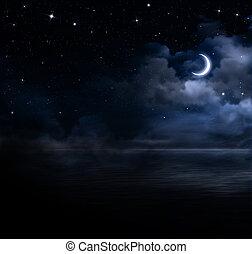 Hermoso cielo nocturno en el mar abierto