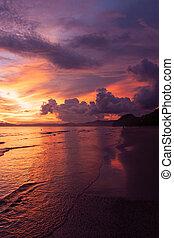 Hermoso cielo sobre la playa con vista al mar, nubes y olas. Composición de belleza natural.