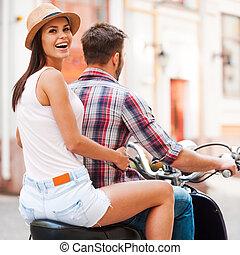 hermoso, explorar, mujer, lugares, encima, joven, juntos, mirar, mientras, patineta, juntos., equitación, hombro, sonriente, nuevo, pareja, vista trasera