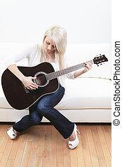 hermoso, guitarra, mujer, joven, sofá