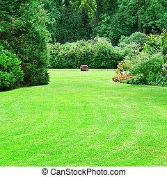 Hermoso jardín de verano con grandes céspedes verdes
