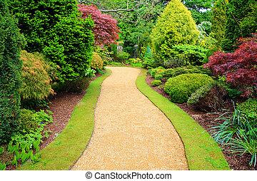 Hermoso jardín en la primavera en Escocia