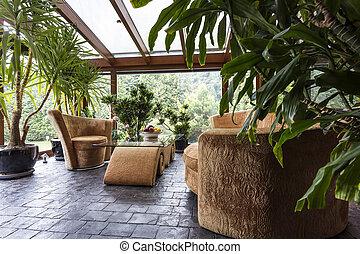 Hermoso jardín interior con muebles cómodos