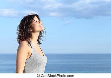 hermoso, niña, respiración, playa, sonriente