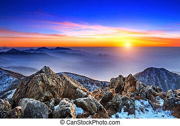 Hermoso paisaje al atardecer en el parque nacional de Deogyusan en invierno, Sur Corea.