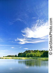 Hermoso paisaje para el lago bajo el cielo vívido