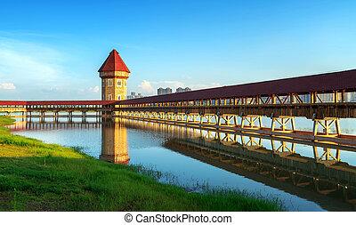 Hermoso puente cubierto en el río