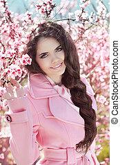 hermoso, rosa, morena, flor, encima, pelo, árbol, aire libre, retrato, niña, trenzado