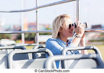 Hermoso turista tomando fotos de la ciudad