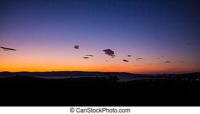 Hermoso, vívido y colorido amanecer/sunset sobre la oscura escena rural.