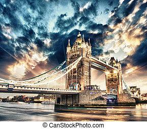 Hermosos colores del atardecer sobre el famoso puente de la torre en Londres