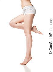 Hermosos pies mojados, mujeres piernas en un fondo blanco