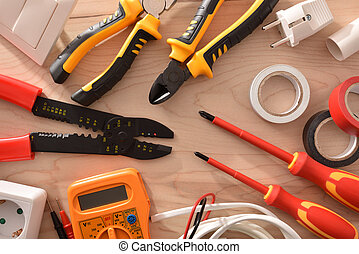Herramientas de electricidad en la mesa de madera cerca de la parte superior
