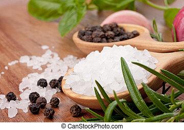 Hierbas frescas y cuchara de sal