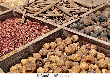 Hierbas secas, especias en el souq de especias en Deira