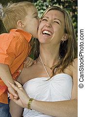 Hijo besando a mamá