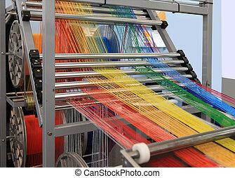 Historias multicolores en la máquina textil