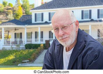 Hombre adulto mayor en frente de la casa