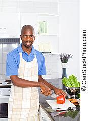 Hombre africano cocinando