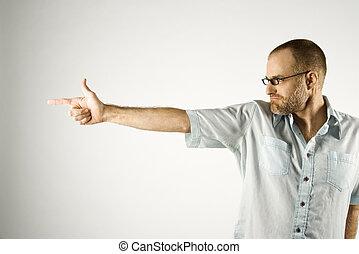 Hombre agarrado de la mano como un arma.