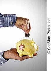 Hombre ahorrando dinero en la hucha