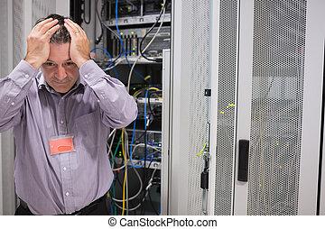 Hombre buscando cansado de servidores de datos