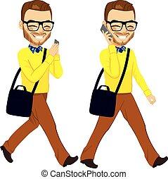 Hombre caminando con smartphone