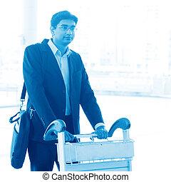 Hombre caminando con tranvía del aeropuerto