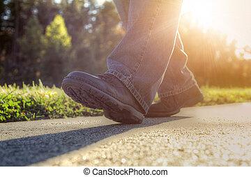 Hombre caminando por la carretera.