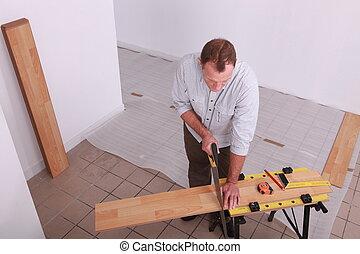 Hombre colocando un piso de madera