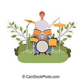 Hombre con batería y ramas y hojas en el fondo