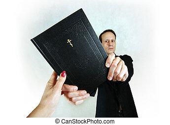 Hombre con biblia