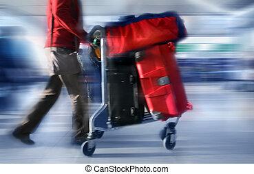 Hombre con bolsas rojas en el aeropuerto