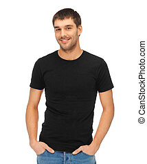 Hombre con camiseta negra en blanco