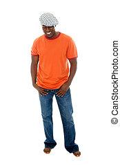 Hombre con camiseta y jeans 3