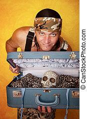 Hombre con cráneo en la maleta