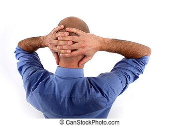 Hombre con las manos detrás de la cabeza