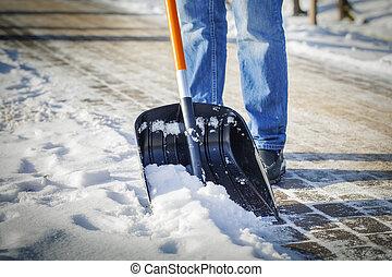 Hombre con pala de nieve