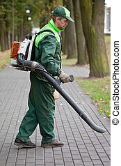 Hombre con soplador de hojas