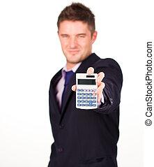 Hombre con una calculadora