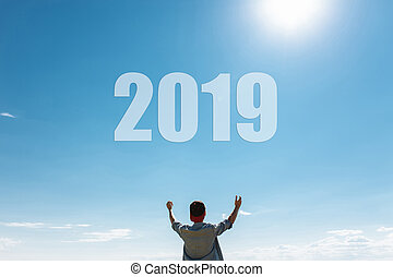 Hombre, contra el cielo azul, el tipo tira de manos al cielo, el concepto de los nuevos 2019 años.