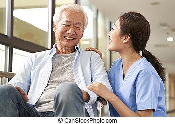 hombre conversación, joven, amistoso, anciano, hembra, caregiver, hogar, enfermería, asiático