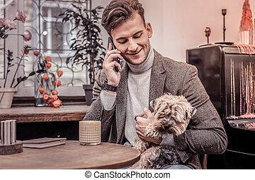 hombre conversación, perro, café, teniendo teléfono