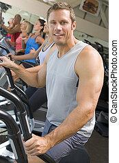 Hombre corriendo en el gimnasio