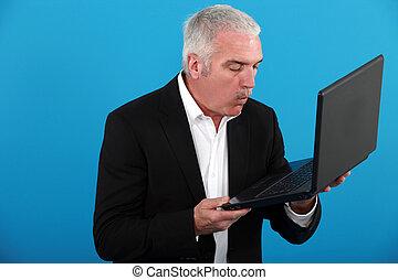 Hombre de mediana edad con portátil